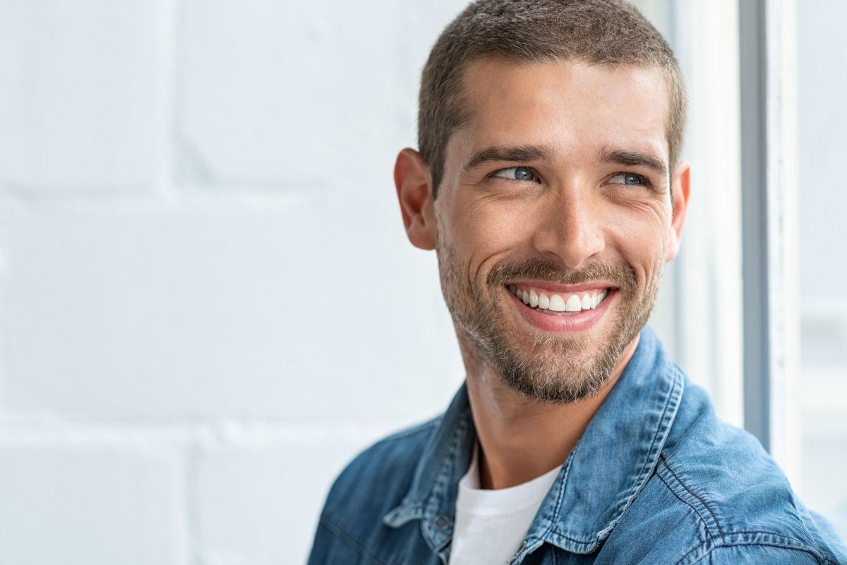 Węgiel aktywny – nieinwazyjna, naturalna iskuteczna metoda nabiały uśmiech